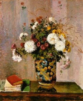 Bouquet of flowers: Chrysanthemums in a porcelain