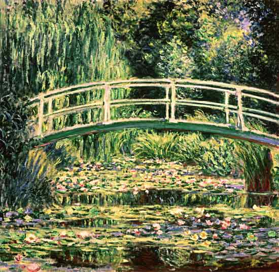 Puente en el jardín de Monet con nenúfares blancos