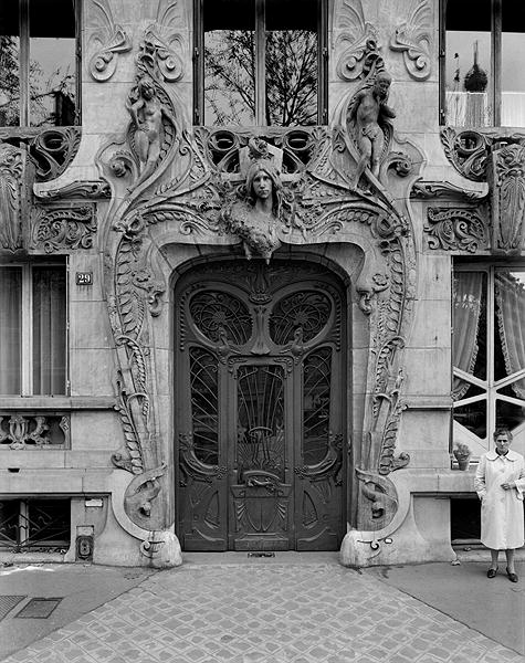 Entrance door to the apartments at 29 Avenue Rapp, designed in 1901 (b  475 x 600 · 97 kB · jpeg