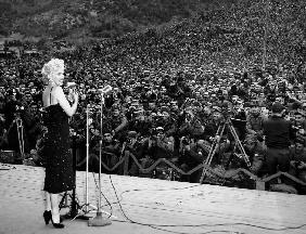 Marilyn Monroe named member of honour of the 25e division on February 16-19, 1954 , here on stage en