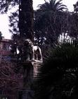 View of the garden with a statue of a lion (photo)