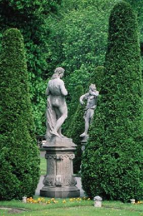 Statues and topiary in the garden (photo)