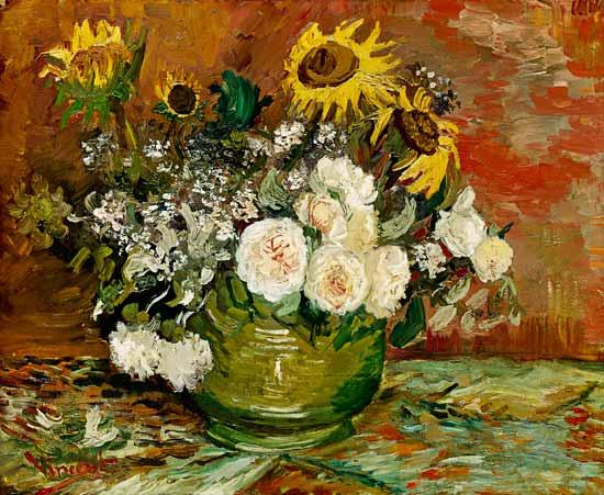 Girasoles, rosas y otras flores en un bol